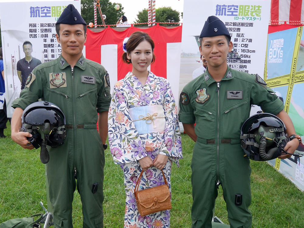 航空自衛隊にも、迷彩服ではない作業服のようなものを着ている隊員がいます。航空機のパイロットやクルーが着用する「飛行服」と呼ばれるものです。