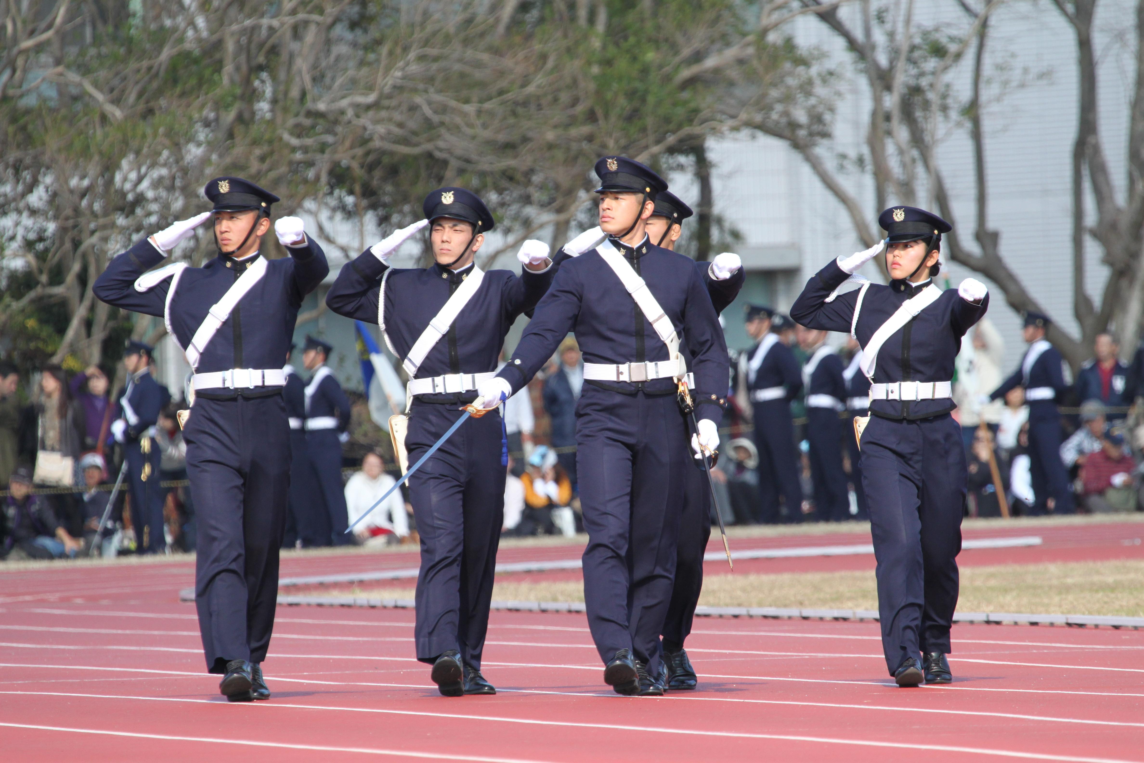 こちらの制服は、以前は陸上自衛隊の制服とほぼ同じで、陸上自衛隊の場合はネクタイが緑、高等工科学校(当時の学校名は「少年工科学校」)はネクタイが赤、という違い