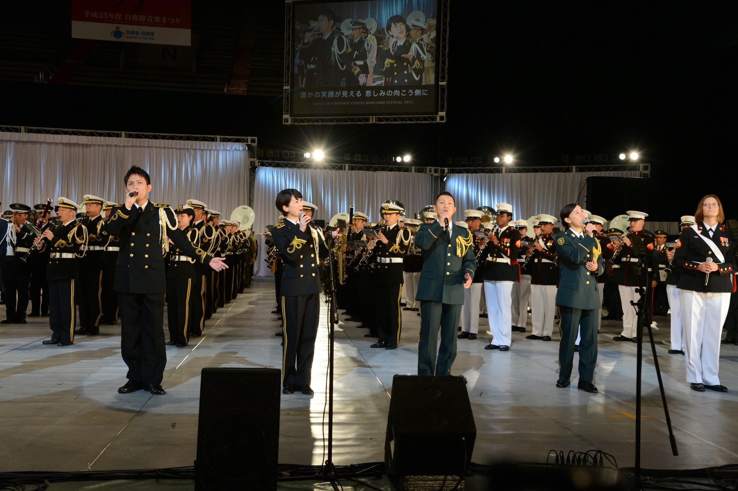 一番有名なのは「演奏服装」と呼ばれる、音楽隊の制服。陸上自衛隊は緑、海上自衛隊は黒(白)、航空自衛隊は青と、それぞれの制服の色を基調としていますが、ステージ