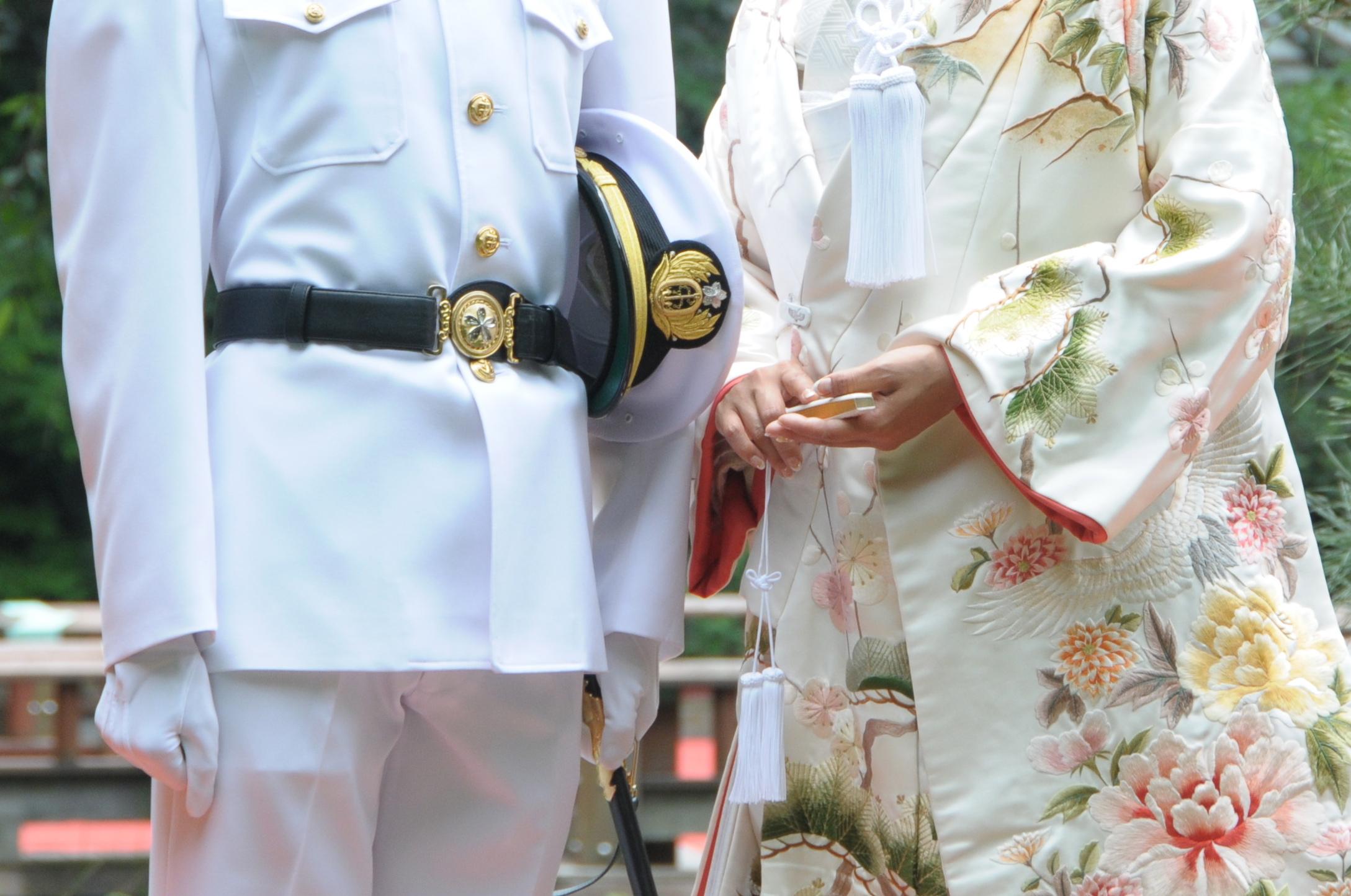 儀礼服は、結婚式で新郎の自衛官が着用します。もちろん、必ず着用しなければならないような決まりはありませんので、新郎新婦の好みで着るか着ないかは選べるのです